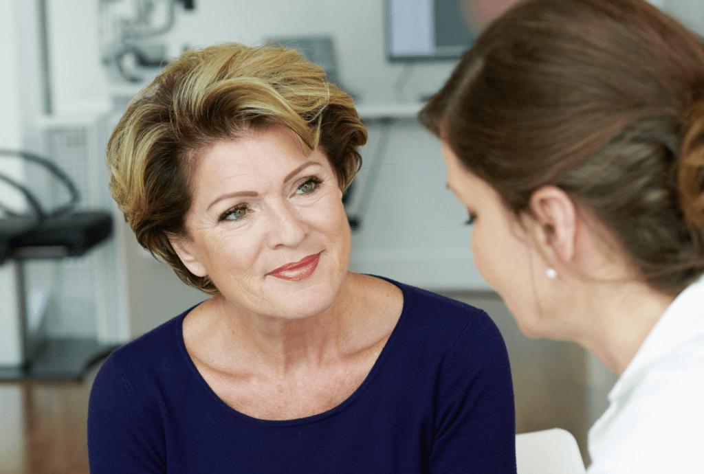Frau Dr. Ruskovic berät eine Patientin in der Praxis