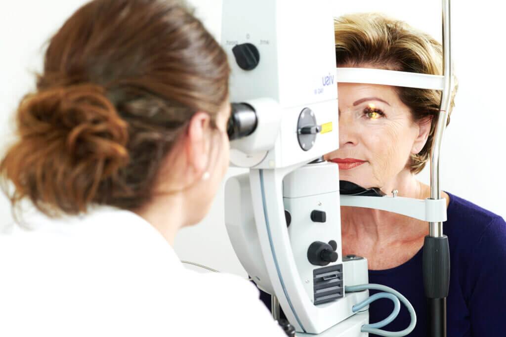 Dr. Ruskovic untersucht die Augen einer Patientin