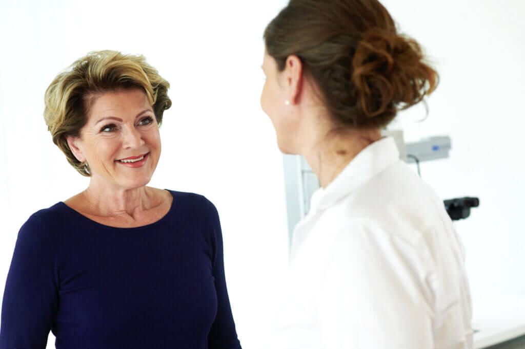 Die Augenärztin Frau Dr. Ruskovic berät eine Patientin in ihrer Praxis Roman Eyes