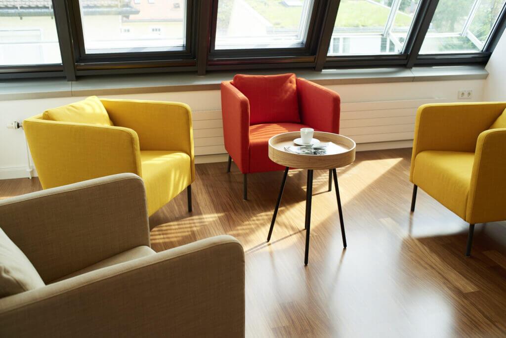 Die neuen Praxisräume von Roman Eyes haben einen hellen und farblich ansprechenden Wartebereich